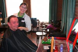 Naar de kapper voor een paar Niksen tijden de bijeenkomst (bron: Facebook)
